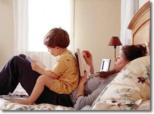 Anneler Cocuklari ile Kitap Okuyor